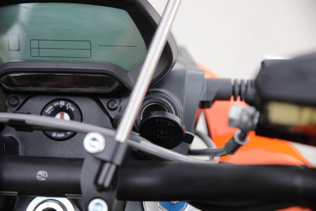12 volts eluttag som monteras i styrhuvudet – 895 kr. USB-laddning till mobilen, driv GPS:en eller valfri utrustning – batterikraft finns så det räcker. Passar på alla Zero men monteras lite olika. Det finns därför två olika kit – ett för Zero S, SR, DS och DSR samt ett för FX och FXS