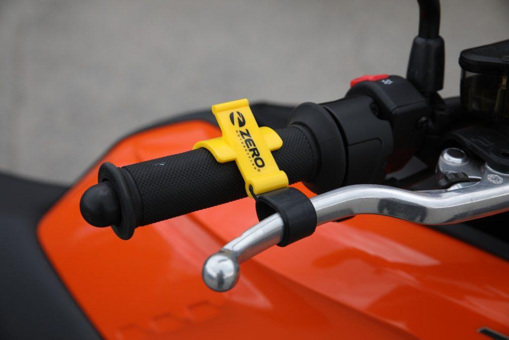 Smart parkeringsbroms – 149 kr. Eftersom Zero saknar växellåda kan du inte parkera i backe med växel i som förhindrar rullning. Här är en smart lösning som använder handbromsen som parkeringsbroms. Passar alla Zero och rekommenderas som standardutrustning att ha med i tankfacket på Zero S, SR, DS och DSR.