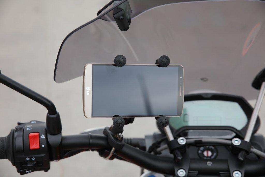 Mobilhållare med telefon på plats - extra intressant eftersom du kan koppla ihop din mobil med Zero via Bluetooth, trimma körlägen, läsa av status och använda mobilen som en extra informationsskärm under färd.
