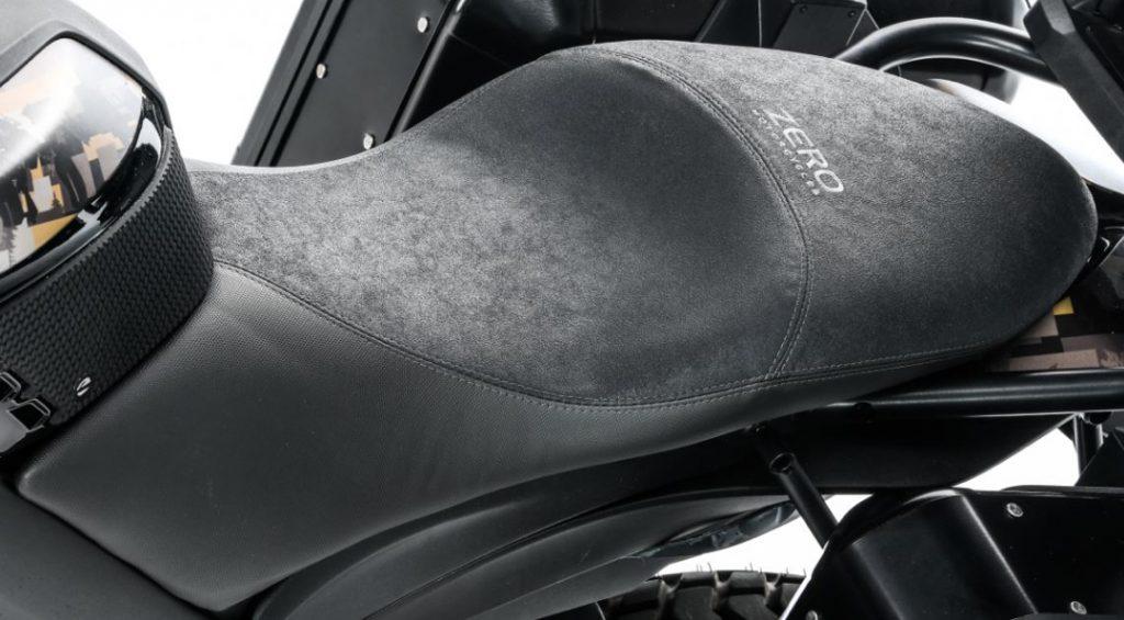 Komfort/touring-sadel, samma sadel i mockaliknande material som sitter på DSR Black Forest Edition.